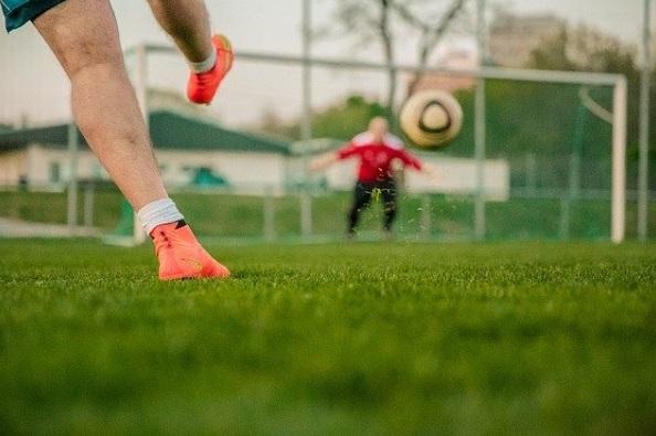 シュート練習をするサッカー選手
