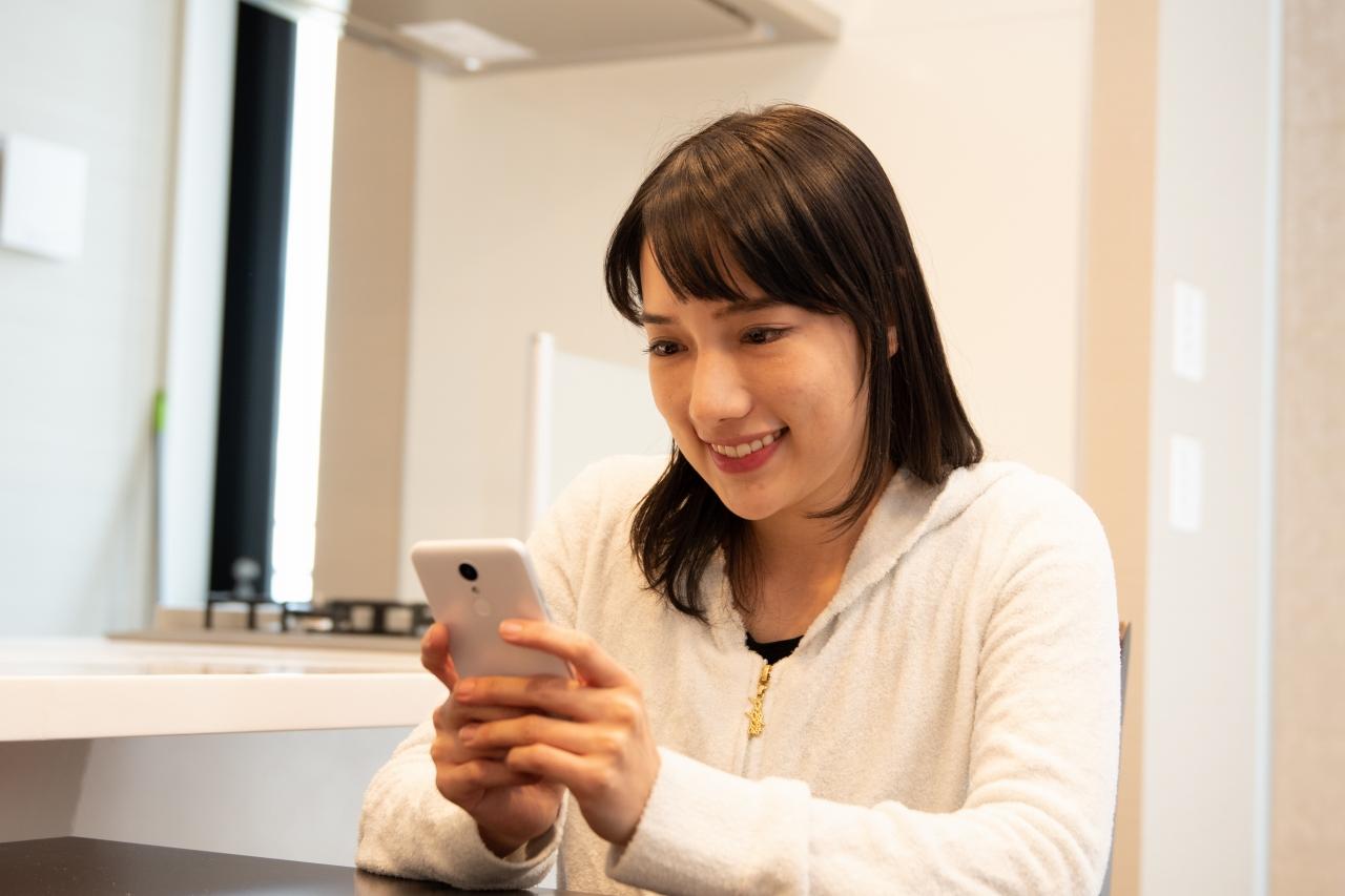 スマートフォンでtotoBIGを購入する女性