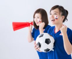 サッカーの応援をする女性2人