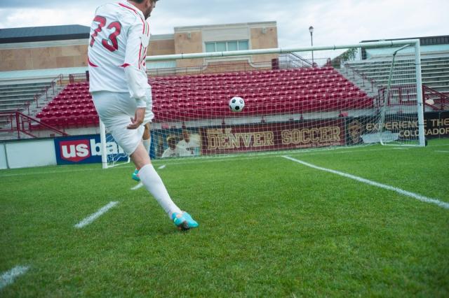 フリーキックを蹴るサッカー選手
