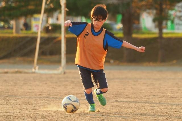 サッカーの練習をする子ども