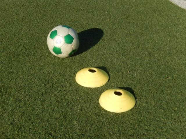 サッカーボールとマーカー