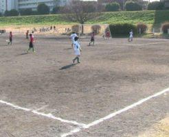 サッカーを楽しむ子供