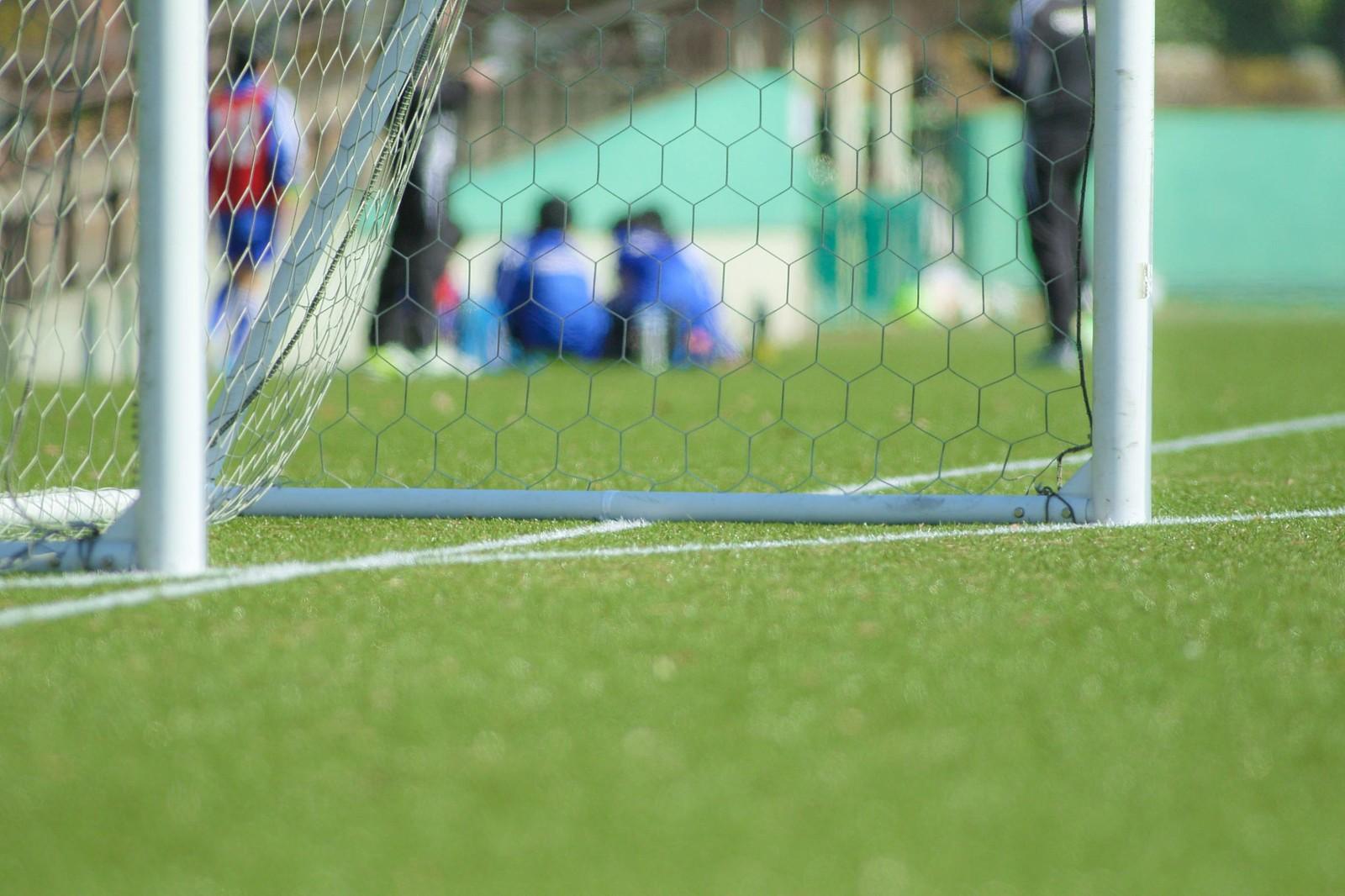 サッカー少年とサッカーゴール
