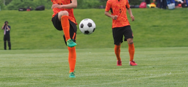 トラップをするサッカー選手