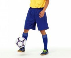 ボールをトラップするサッカー選手