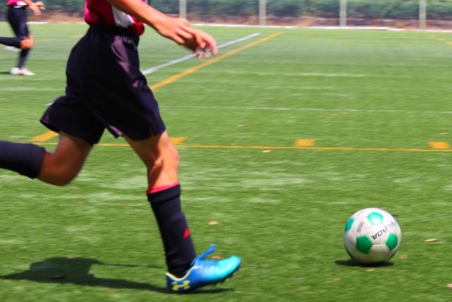 サッカー少年のスパイクとサッカーボール