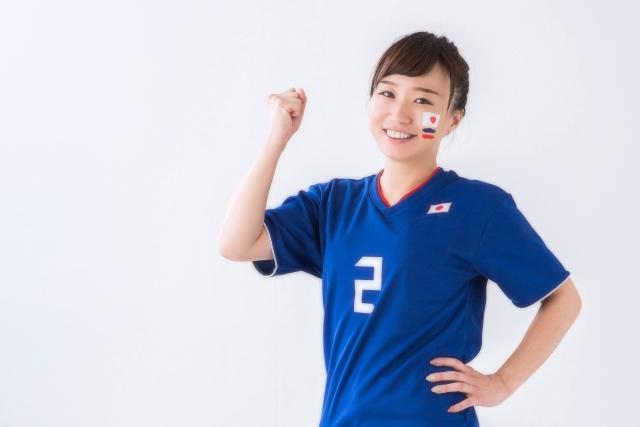 サッカーユニフォームを着た笑顔の女性